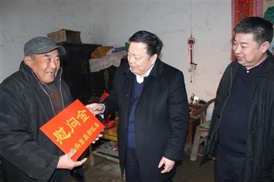 陈秀兴走访慰问老党员和困难群众