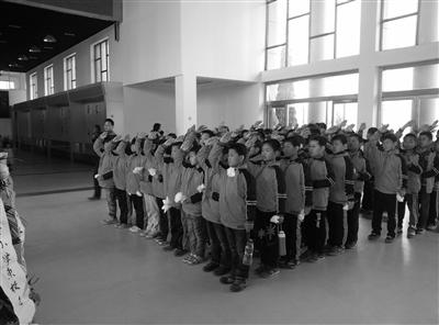 聊城实验小学少先队员举行纪念仪式