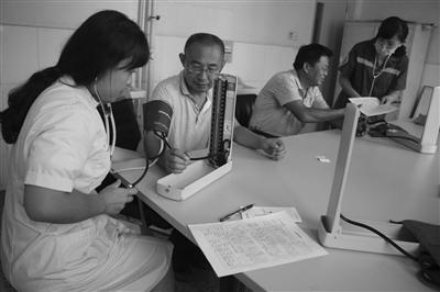 为辖区广大在职和离退休教师进行免费健康查体