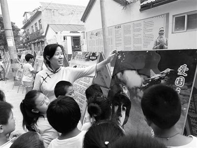 爱心老师张晓清给孩子们讲解爱国主义知识