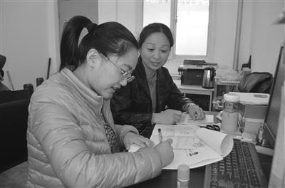 工作人员正在为居民填写养老、医疗保险信息卡