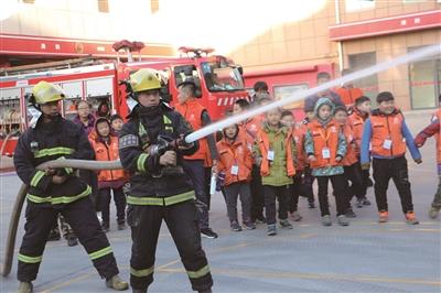 40余名小学生来到区消防大队进行消防体验