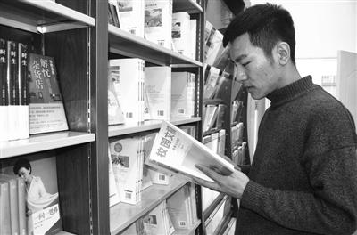 辖区青少年在图书馆挑选书籍