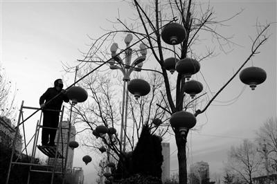 红彤彤的灯笼挂起来街头年味儿越来越浓