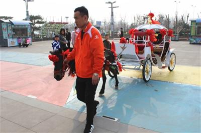 游客在摩天轮广场体验特色旅游