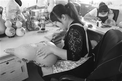 堂邑镇路庄村一位村民正在制作手工烙画葫芦