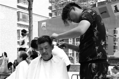 """清凉一夏""""社区义剪在中华御苑小广场顺利"""
