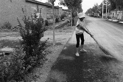 侯营镇顾庄村环卫工人在雨后清洁路面