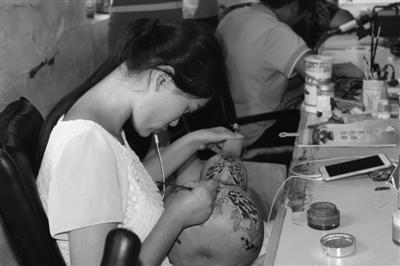 葫芦雕刻艺人在葫芦上雕刻精美图案