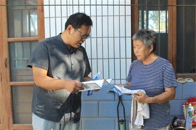 区委宣传部深入农户向村民发放宣传资料
