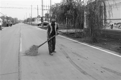 侯营镇赵庄村环卫工人对路街进行清扫
