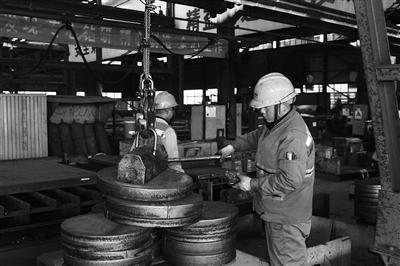 工作人员在生产线上紧张地忙碌着