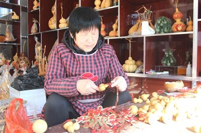 堂邑镇路庄村葫芦加工企业的工人正在制作工艺葫芦