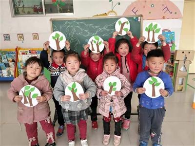 孩子们高兴地展示自己的作品