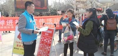 柳园街道滨河社区组织社区辖区志愿者开展雷锋月宣传活动