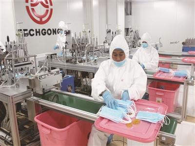 我区某口罩生产企业员工加紧生产医用口罩