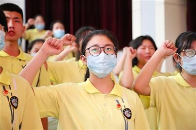 实验中学新团员入团宣誓仪式在实验中学大礼堂举行